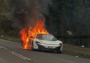 McLaren za 7 milionů shořel na silnici.