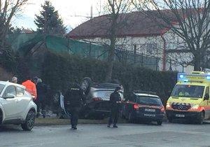 V Kolodějích došlo k havárii stříbrné mazdy, která skončila na střeše.