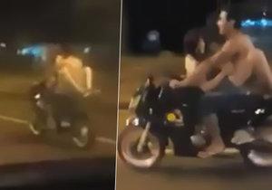 Pár v Paraguayi se oddával intimním hrátkám za jízdy na motocyklu.
