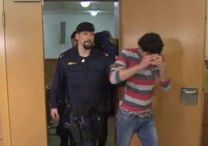 Policie přivádí irácké migranty k soudu. Jsou obviněni z hromadného znásilnění německé učitelky na Silvestra 2015.