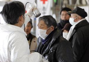 Kontrola stupně radiace probíhá u všech lidí, kteří se dostali z oblasti poblíž Fukušimy.