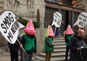 Někteří aktivisté si na hlavu nasadili obří nosy.