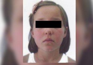 Osmiletou dívku policie našla díky oznámení volajícího na linku 158.