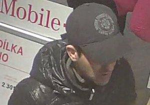 Z prodejny si tento muž odnesl iPhone za více než 17 tisíc, policie po něm pátrá.