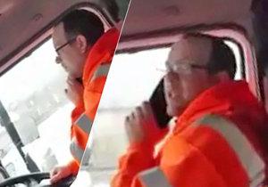 Kamioňák si za jízdy dlouze volal se ženou. Kolega mu lstivě zařídil vyhazov