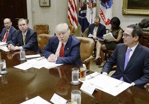 Americký ministr Donald Trump  a ministr financí Steve Mnuchin při jednání v Bílém domě