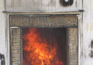 Na deset milionů korun odhadl škodu vzniklou požárem trafostanice její majitel v Křenovicích na Vyškovsku. Hasiči sváděli dlouho s ohněm marný souboj.