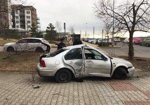 Řidič kradeného auta narazil do stromu a odešel.