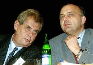 Tehdejší ministr průmyslu Ivo Svoboda s Milošem Zemanem, který v té době vedl ČSSD. Fotografii Ivana Lhotského média nemají.