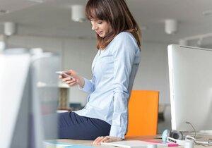 Češi se v práci flákají hlavně na chytrém telefonu.