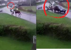 Děsivá nehoda: Auto narazilo do jezdců na koních.