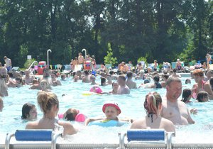 Lidé si užívají pohody v bazénu. (Archivní foto)