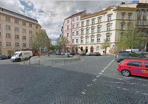 Sotva skončili ve Varšavské, opravují dělníci další  ulici v Praze 2. Teď Americkou