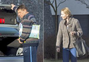 Trpké úsměvy a manévry s auty. Takhle si Paroubkovi předávali dceru.