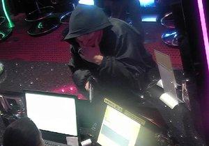 Šestadvacetiletý muž přepadal kvůli dluhům, s plastovou pistolí.