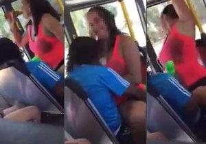 Opilá dvojice se v autobusu rozhodně nestyděla.