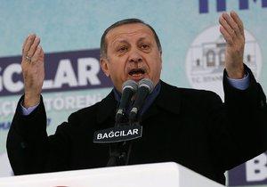 Při akcích v sedmi istanbulských čtvrtích policie zatkla 49 lidí a zadržela několik zbraní.