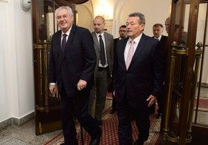 Petr Kynštetr (vpravo) vítal v únoru ve Sněmovně prezidenta Miloše Zemana. Jeho nástupcem bude kancléř šéfa dolní komory Jana Hamáčka (vlevo).