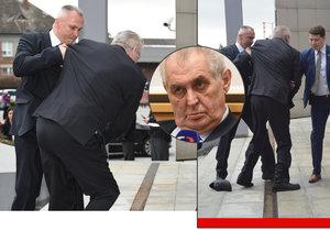 Prezident Zeman klopýtl na schodech před olomouckým krajským úřadem. Ztratil při tom botu.