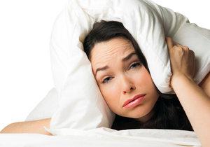 Rozpálené dny a horoucí noci našemu spánku moc nepřidají.