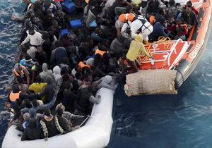 Záchrana migrantů ve Středozemním moři italskou pobřežní stráží