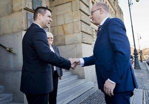 Premiér Bohuslav Sobotka (vpravo) navštívil 1. března ministerstvo průmyslu a obchodu v Praze, kde se setkal s odvolaným ministrem Janem Mládkem a jeho náměstky, aby se dočasně ujal vedení resortu. Před úřadem ho přivítal první náměstek ministra Jiří Havlíček (vlevo).