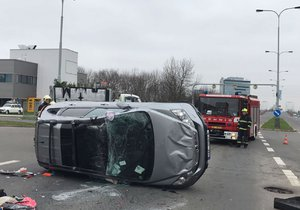 Honda po střetu s náklaďákem dopadla na střechu: Zranil se řidič i spolujezdkyně
