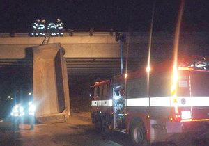 Řidič omylem zvedl korbu a uvízl pod mostem.