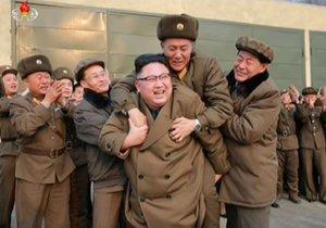 Severokorejský diktátor měl z testu nové rakety takovou radost, že si nevšiml, když mu jeden z důstojníků nadšením vyskočil na záda.