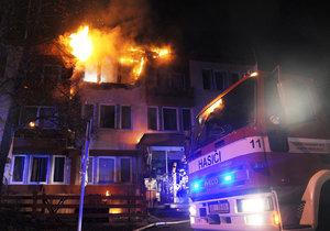 Nad ránem začalo hořet v pokoji hotelu v Klánově ulici. Hasiči evakuovali 24 lidí, dva zraněné předali záchranářům.