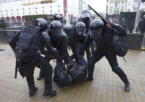 Běloruská policie potlačuje protesty, které opozice organizuje proti nové dani pro nezaměstnané.