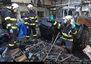 Hasiči zasahovali u požáru výrobní haly ve Vysočanech. Majitel vyčíslil škodu na pět milionů