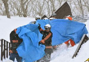 Záchranáři z místa neštěstí odnášejí zraněné.
