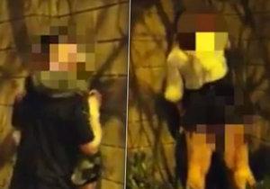 Dva páry si to v anglickém Huddersfieldu rozdaly na ulici hned vedle sebe.