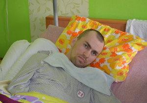 Marek Petružálek na fotkách, které jsou staré takřka přesně rok. Nyní se jeho stav zázračně zlepšil a rodina doufá v uzdravení.