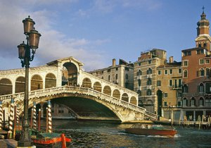 Teroristé chtěli pravděpodobně zaútočit na most Rialto v Benátkách.
