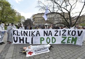S transparenty demonstrují lidé na náměstí Míru za zachování kliniky.