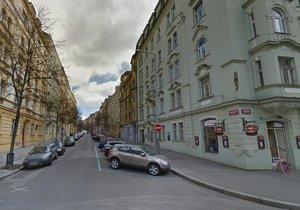 Mánesovu ulici na Vinohradech třikrát uzavřou. Pracuje tu jeřáb
