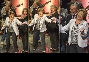Jiřina Bohdalová se na pódiu málem poprala o tahák s textem písně.