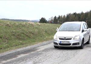Tato silnice na první pohled porušuje fyzikální zákony