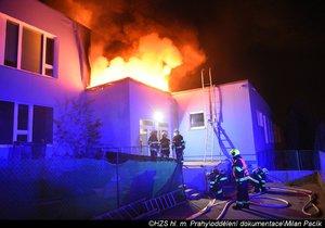 V Praze hořela škola. Oheň pohltil speciální světlovody, jeden hasič se zranil