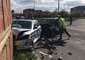 Policie se srazila s osobním vozem. Chlapečci (3 a 4) mají poraněné hlavy