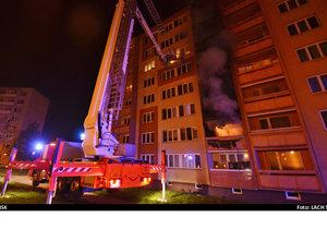 Hasiči přijížděli k hořícímu bytu před 3. hodinou ranní. Požár uhasili během 25 minut.