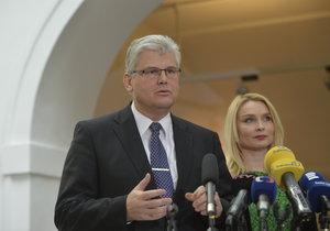 Ministr zdravotnictví Miloslav Ludvík a jeho náměstkyně Lenka Teska Arnoštová