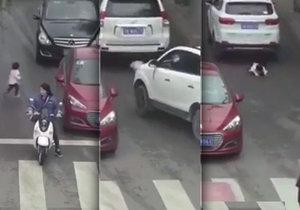 Dva vozy přejely dvouletou dívku, ale přesto přežila.