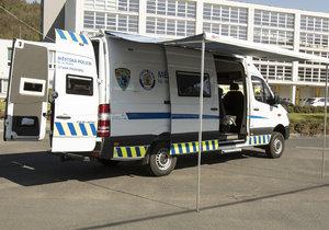 Strážníci dostali mercedes za 2 miliony: Mají v něm psí klece, postele i mikrovlnku