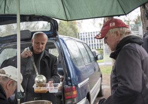 Teplý oběd pro lidi bez domova. Dvakrát týdně rozdává Centrum křesťanské pomoci jídlo stovkám lidí. Tentokrát s nimi pomáhal i Michal Horáček.