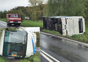 Vážná nehoda autobusu plného dětí ve Vlkavě: Vůz je na boku, na místě je mnoho zraněných.