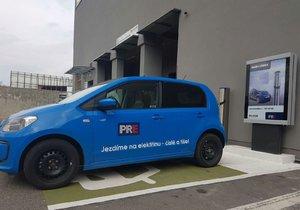 Majitelé elektromobilů mohou nově od března nabíjet svá vozidla v OC Lužiny