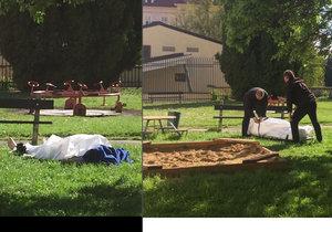 Mrtvola na dětském hřišti na Hradčanech. Bezvládné tělo muže našli hned vedle pískoviště